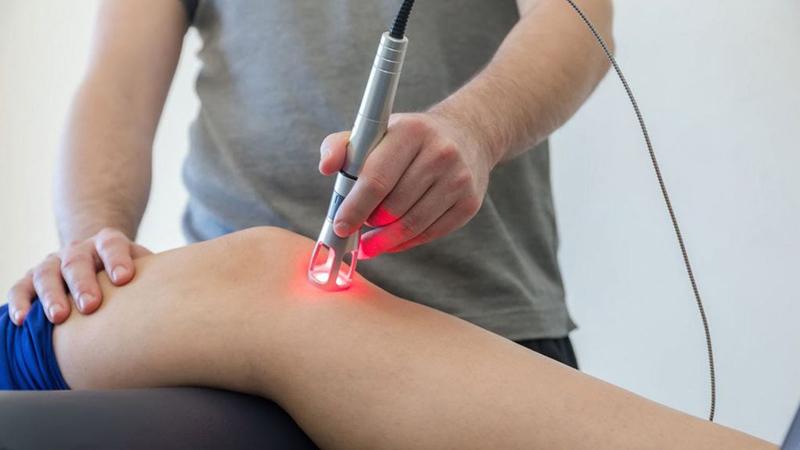 درمان آرتروز زانو با لیزر کم توان و پرتوان